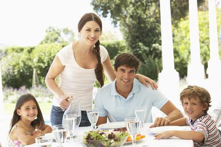 vasos de agua: Familia que come llegad juntos