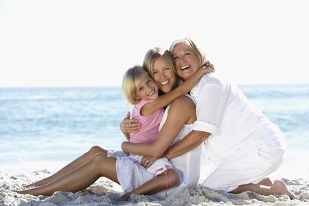 할머니 손녀와 딸 해변에서 휴식 스톡 콘텐츠