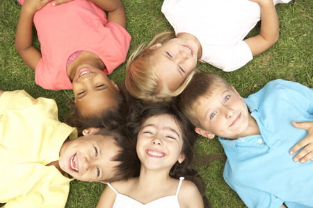 Pohled nad skupinou dětí usmívající se na kameru