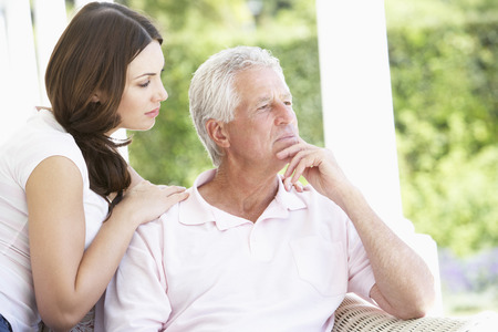 걱정되는 아버지를 위로하는 성인 딸 스톡 콘텐츠
