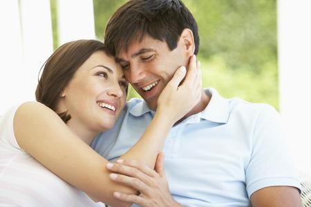 parejas enamoradas: Romántica pareja joven que se relaja el exterior Foto de archivo