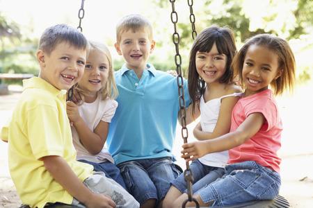 niños en area de juegos: Grupo de niños que se divierten en patio Juntos Foto de archivo