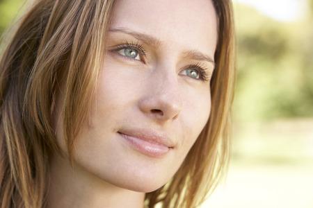 hombre pensando: Retrato de mujer joven al aire libre en el parque
