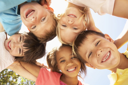 bambini: Gruppo di bambini looking down in camera