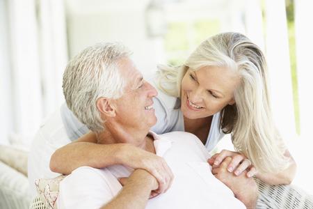 femmes souriantes: Senior Couple de détente ensemble