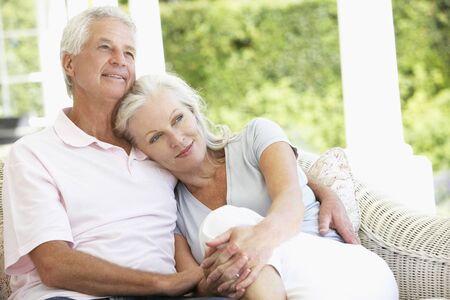 parejas enamoradas: Pares mayores que se relaja en el asiento frente a la Casa