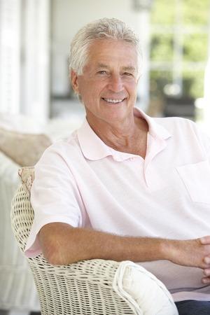 hombres maduros: Retrato de hombre Senior relajante en silla