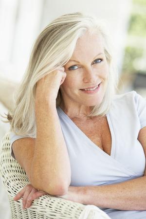 Retrato de mujer Senior relajante en silla