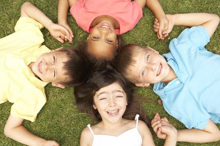 niños felices: Opinión de arriba Grupo de sonrientes niños