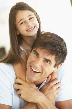 padre e hija: Padre e hija se divierten juntos Foto de archivo