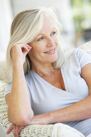 Porträt von Senior Woman entspannenden Stuhl