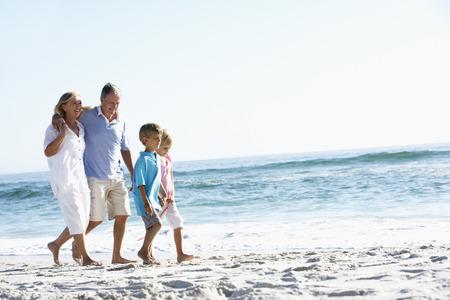 조부모와 해변을 따라 산책 손자