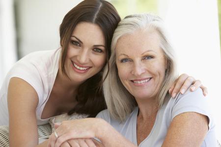 Ältere Mutter und Tochter umarmt Standard-Bild