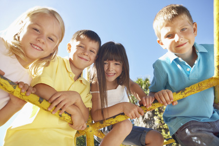 niños riendose: Grupo de niños que juegan en marco que sube