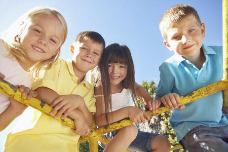 kinder spielen: Gruppe Kinder spielen am Klettergerüst Lizenzfreie Bilder