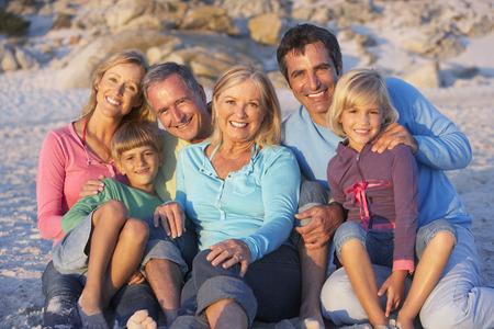 Familie van drie Generatie op Vakantie op strand
