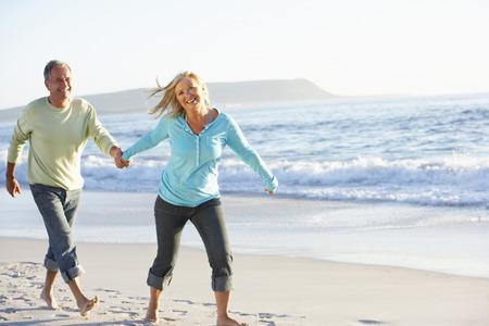 해변을 따라 실행 수석 커플 스톡 콘텐츠