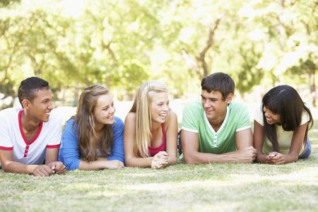 chicas adolescentes: Grupo de amigos adolescentes que se divierten en el parque