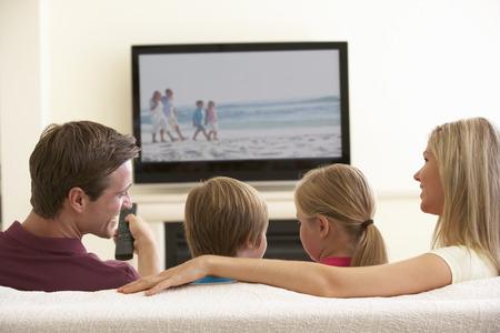 rodzina: Rodzina Oglądanie Panoramiczny telewizor w domu Zdjęcie Seryjne
