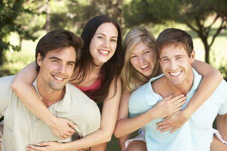 grupos de personas: Grupo de jóvenes que se divierten en Campo Juntos