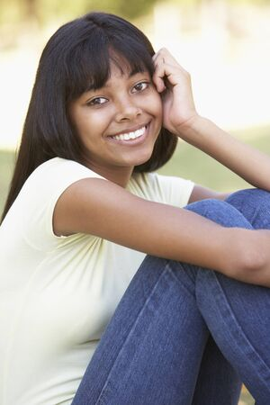 cute teen girl: Портрет девочки-подростка, сидя в парке