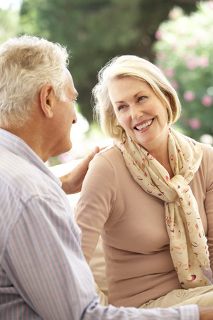 parejas enamoradas: Retrato de los pares mayores que se relajan en el sofá