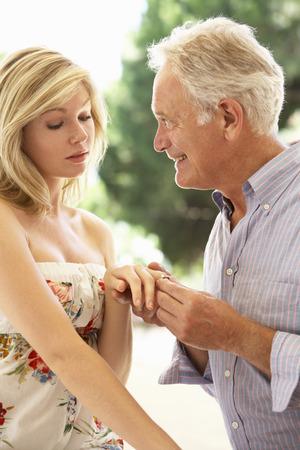 mujer arrodillada: Un m�s viejo hombre propone a la mujer m�s joven