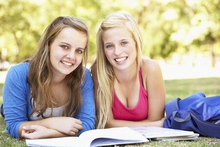 chicas adolescentes: Las niñas adolescentes que estudian en el parque