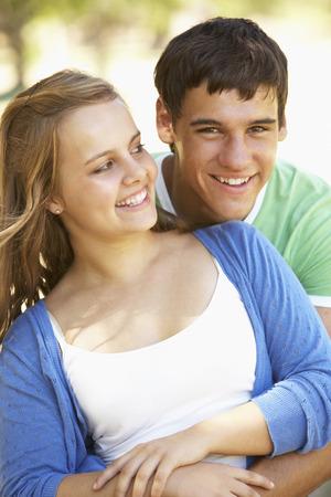 pareja de adolescentes: Pares adolescentes románticos en parque