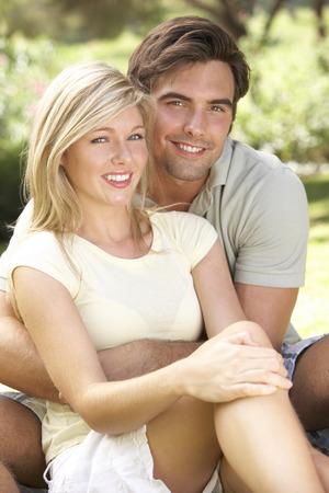 parejas enamoradas: Retrato de la joven pareja se relaja en Campo