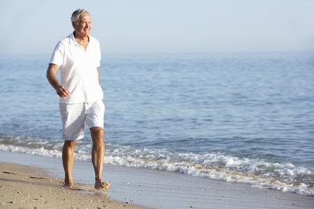 hombres maduros: Hombre mayor que disfruta de la playa de vacaciones