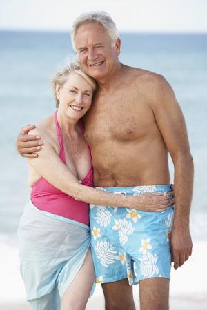 parejas enamoradas: Senior Couple Enjoying Beach Holiday Foto de archivo