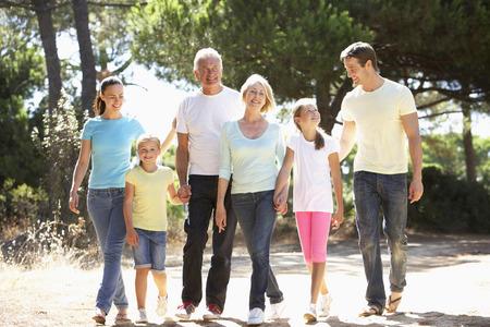 mama e hijo: Familia de tres generaciones en campo del verano Caminar Juntos