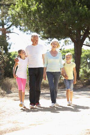 abuelos: Abuelos y nietos en verano Campo Caminata Juntos