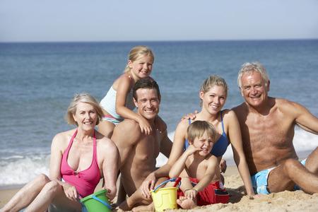 Portrait de famille de trois génération sur la plage Holiday