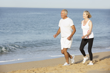 Ältere Paare, Joggen entlang Strand