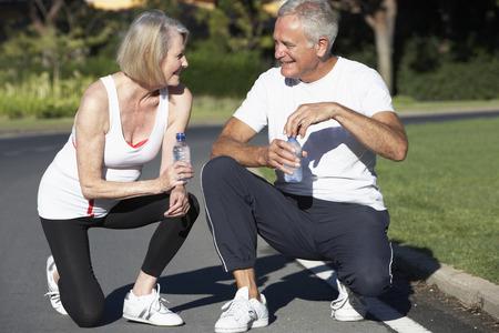 Ältere Paare, Ruhen und Trinkwasser nach Übung