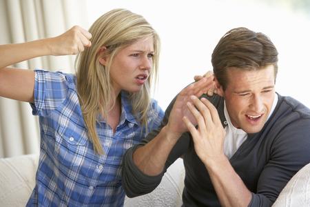 Femme menace l'homme au cours des plaidoiries At Home Banque d'images