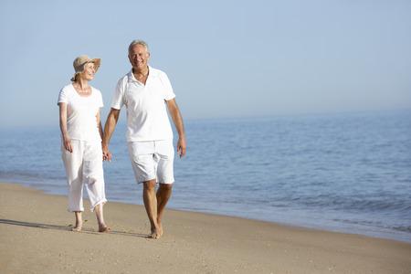 resor: Par som tycker om strandsemester Stockfoto
