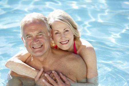 tercera edad: Pareja mayor que se relaja en piscina Juntos Foto de archivo