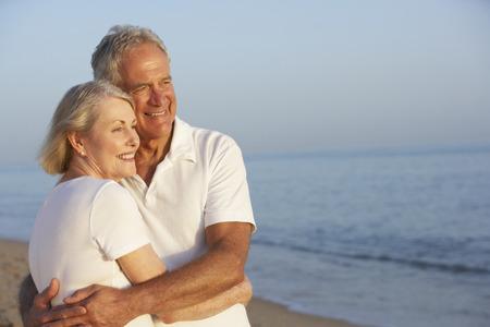 Senior pár se těší dovolenou na pláži