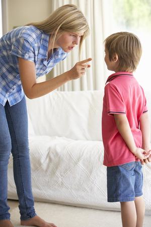 Mutter geschimpft Sohn zu Hause