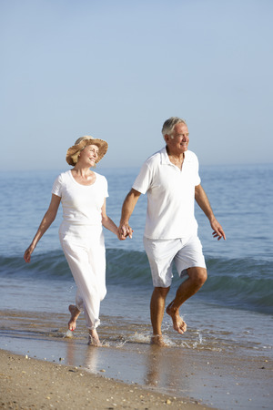 verticales: Senior pareja disfrutar de vacaciones de playa