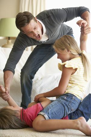 Kinderen Vechten voor Vader thuis Stockfoto - 42400489