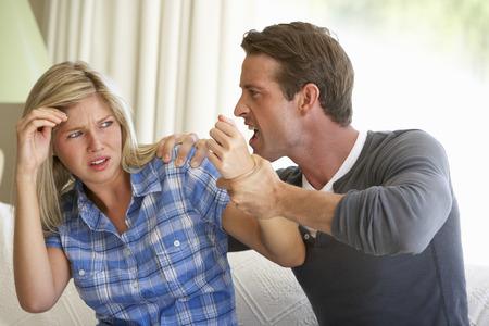Muž Hrozící žena během Argument Doma