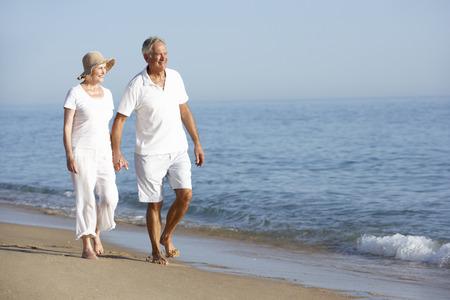 ancianos caminando: Senior pareja disfrutar de vacaciones de playa