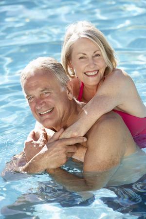 Het hogere Ontspannen van het Paar in Zwembad Together