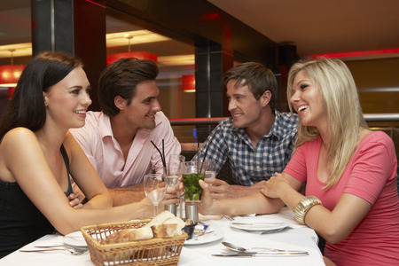 Gruppe von jungen Freunden genießen Mahlzeit im Restaurant