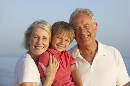 손자와 조부모 해변 휴가를 즐기기