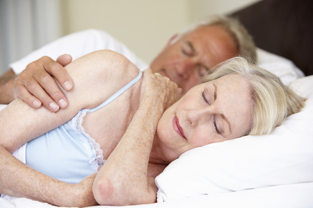parejas enamoradas: Pareja mayor Cama Dormido Foto de archivo